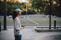 Vista lateral do homem pensativo em pé no parque de skate — Fotografia de Stock