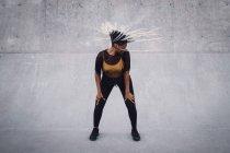 Comprimento cheio da mulher nova com a dança tousled do cabelo no parque do skate — Fotografia de Stock