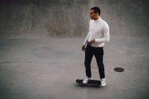 Vista de alto ângulo de skate jovem no parque — Fotografia de Stock