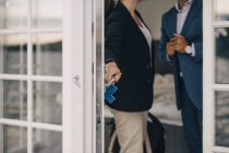 Міделю Літня пара блокування скляні двері в holiday villa — стокове фото
