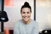 Ritratto di donna d'affari sorridente seduta in ufficio creativo — Foto stock