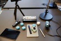 Высокоугловый вид различных технологий на столе в офисе — стоковое фото