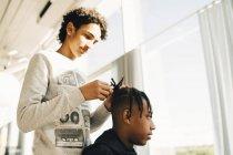 Ragazzo adolescente styling capelli di un amico — Foto stock