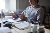 Підлітковий хлопчик використовує цифровий планшет під час навчання вдома — стокове фото