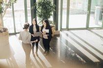 Vista ad alto angolo delle donne d'affari multietniche che discutono durante la conferenza in ufficio — Foto stock