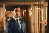 Retrato de consejero financiero confiado en los trámites de la oficina legal - foto de stock