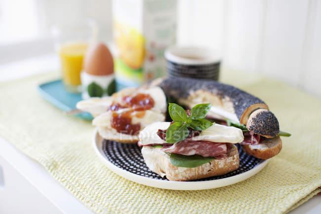 Крупный план здорового завтрака с defocussed фоном — стоковое фото