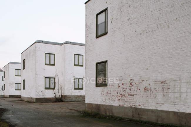 Вибілені житлових будинків на ampty вулиці — стокове фото