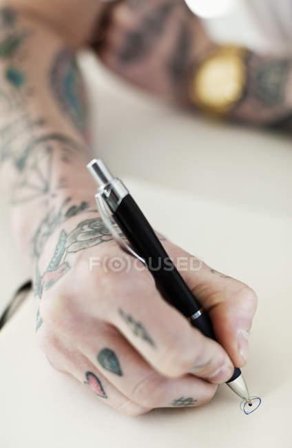 Обрізаний постріл з татуюванням рука письмовій формі — стокове фото