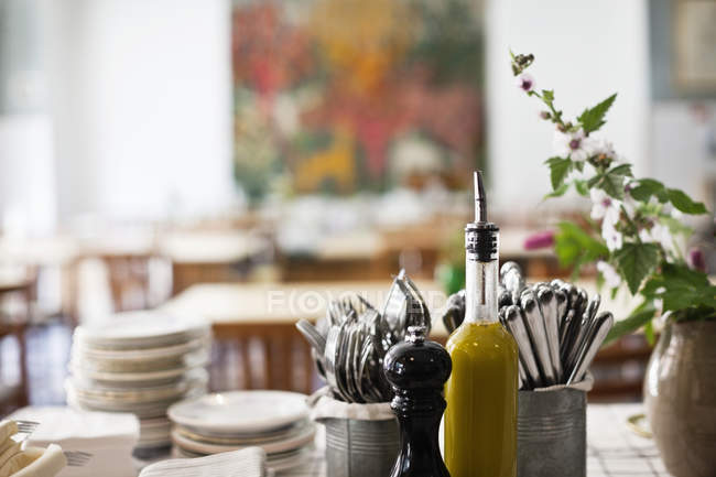 Variety of dishes and cutlery on table in restaurant — Stock Photo