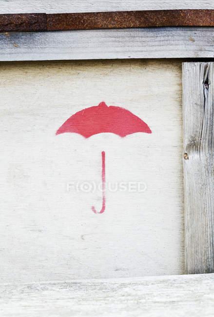 Close-up vista do guarda-chuva pintada na caixa de madeira — Fotografia de Stock