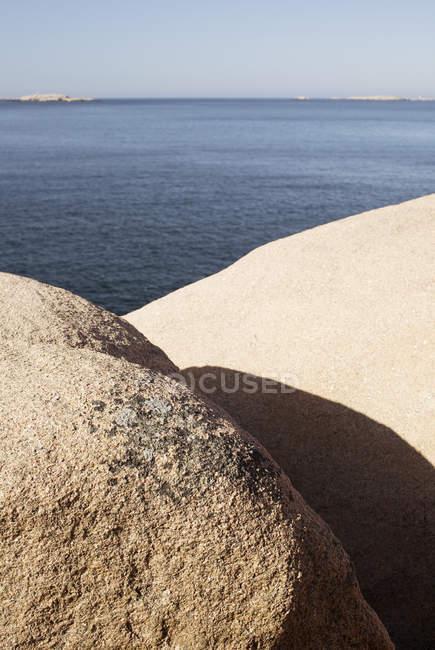 Vue pittoresque sur la mer calme avec des pierres au premier plan — Photo de stock