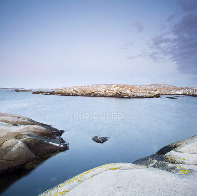 Живописный вид спокойное море и скалистые берега — стоковое фото