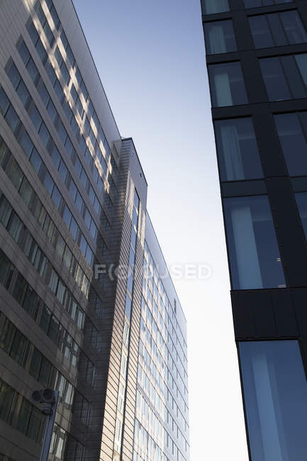 Edifícios de escritórios modernos com luz solar refletida na fachada — Fotografia de Stock
