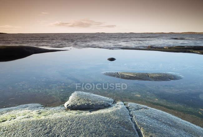 Vue pittoresque sur la mer calme et les côtes rocheuses — Photo de stock