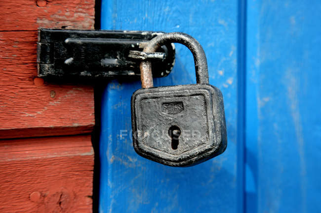 Close-up of padlock on blue wood door — Stock Photo