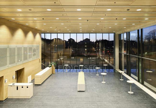 Salão vazio do escritório moderno edifício no entardecer — Fotografia de Stock