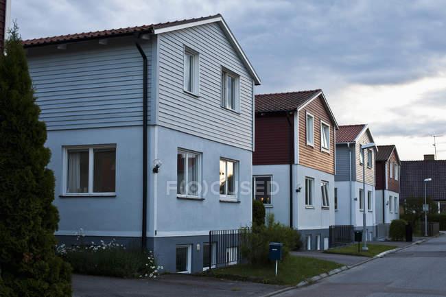 Вулиці з двоповерховими будинками у розділі вечірнє небо — стокове фото