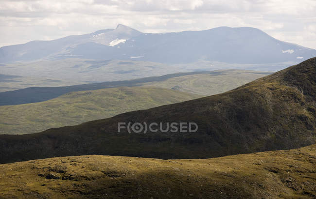 Tranquil scene of mountains and green hills - foto de stock