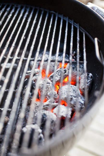 Glühende rote Kohlen unter Grill Barbecue — Stockfoto