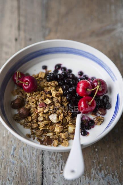 Здоровый завтрак, который подается в чаши на таблицы — стоковое фото