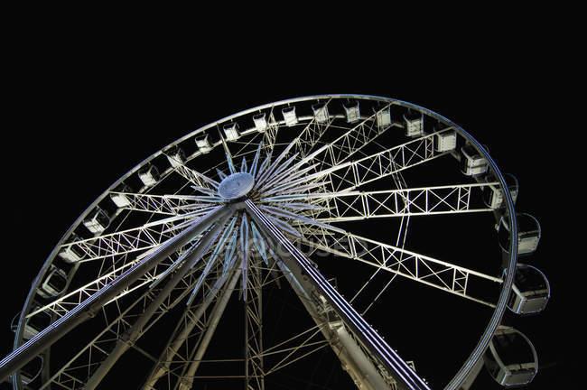 Vista de ângulo baixo da roda-gigante contra o céu noturno — Fotografia de Stock