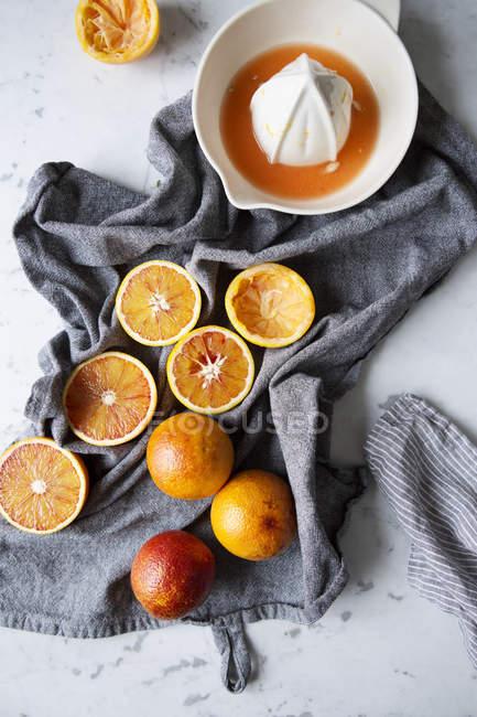 Vista di alto angolo di frutta dell'uva e spremiagrumi tabella — Foto stock