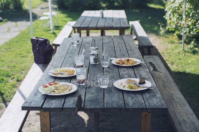 Їжа подається на столі на відкритому повітрі у ресторані — стокове фото