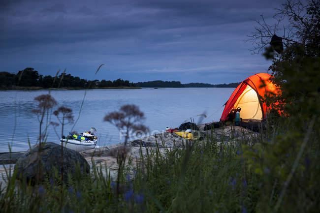 Zelt am Seeufer in der Dämmerung — Stockfoto