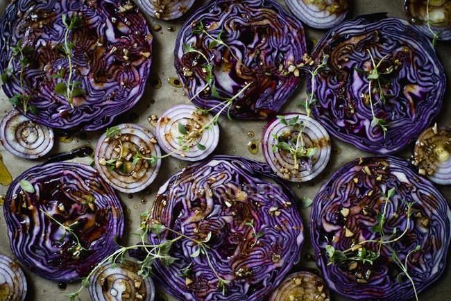 Непосредственно над выстрел фиолетовый капусту и лук ломтиками с травами — стоковое фото