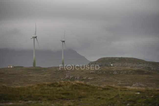 Éoliennes sur le plateau contre ciel nuageux — Photo de stock