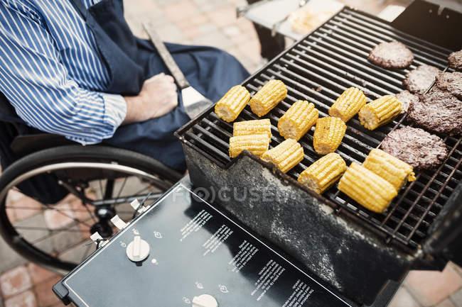 Blick von oben auf behinderte Mann sitzt am Grill — Stockfoto