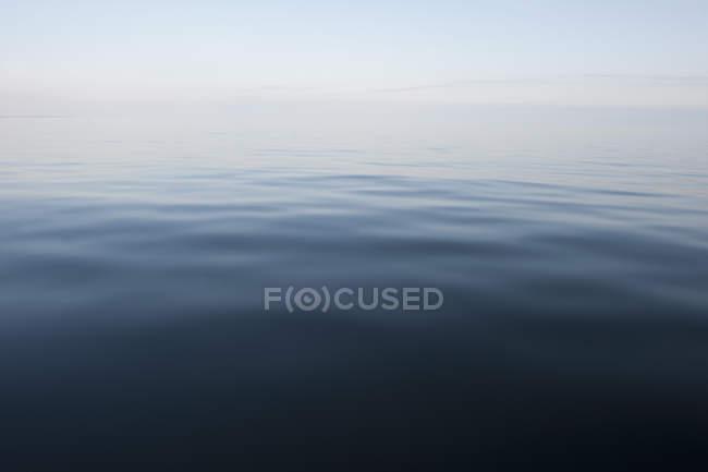 Мальовничим видом на спокійне озеро води — стокове фото