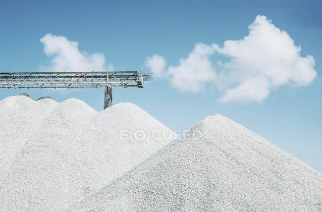 Vista ad angolo basso di cumuli di calcare in cava contro il cielo — Foto stock