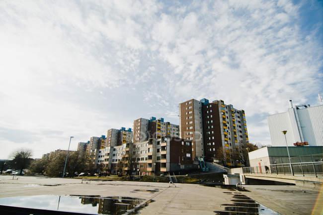 Vue à distance des maisons d'habitation de plusieurs étages sur la journée ensoleillée — Photo de stock