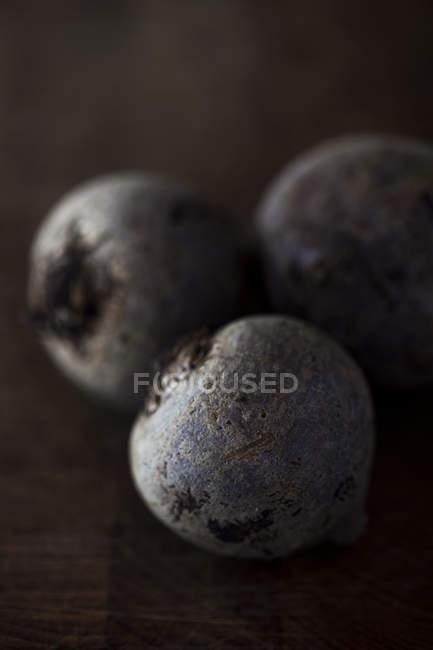 Chiuda in su di barbabietole sulla tavola di legno, messa a fuoco su primo piano — Foto stock