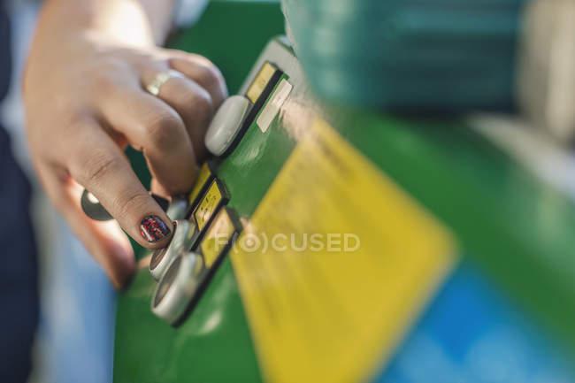Zugeschnittenes Bild des Mechanikers Hand drücken des Knopfes auf der Maschine in der Autowerkstatt — Stockfoto