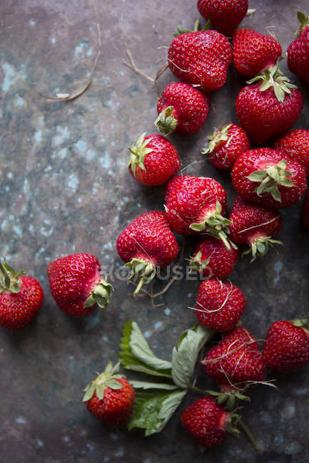 Vista di alto angolo di fragole sulla superficie — Foto stock
