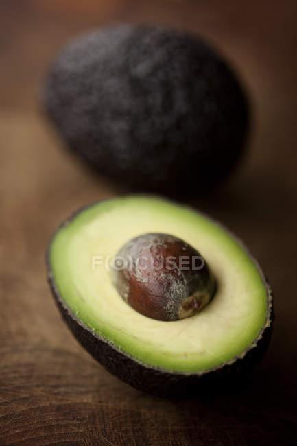 Primo piano di avocado affettato fresco sulla tavola di legno — Foto stock