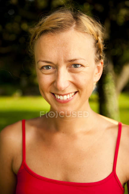 Portrait of a mid adult woman smiling — Stock Photo