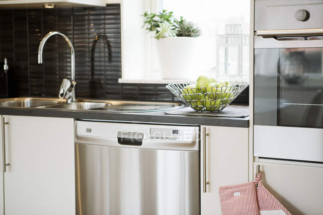 Interior da cozinha moderna em estilo escandinavo — Fotografia de Stock