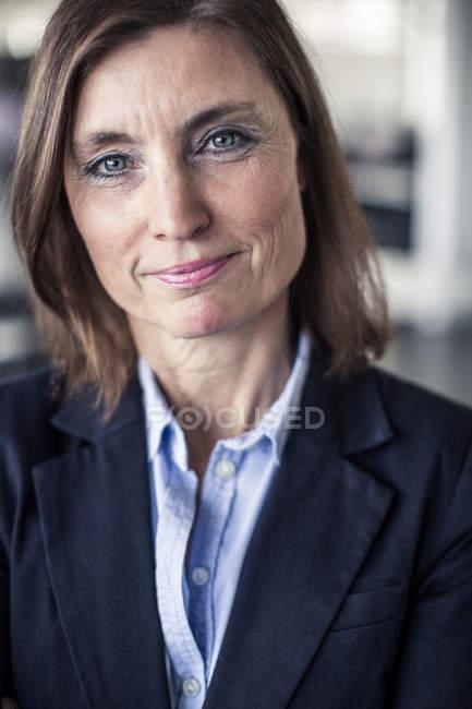 Retrato de mulher de negócios sorrindo no escritório — Fotografia de Stock
