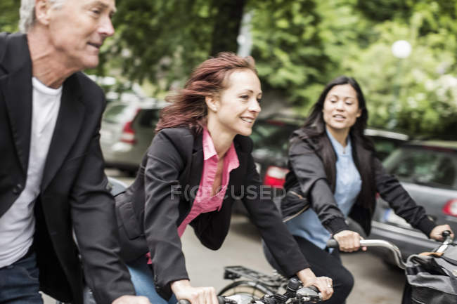 Business people commuting on bicycles — Foto stock
