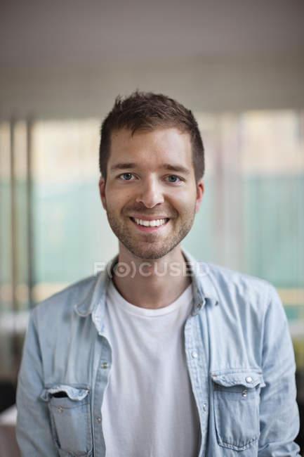 Портрет щасливі кавказьких юнак посміхається — стокове фото