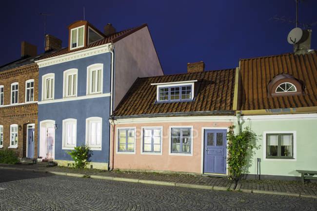 Рядок колоритних будинків проти темне небо — стокове фото