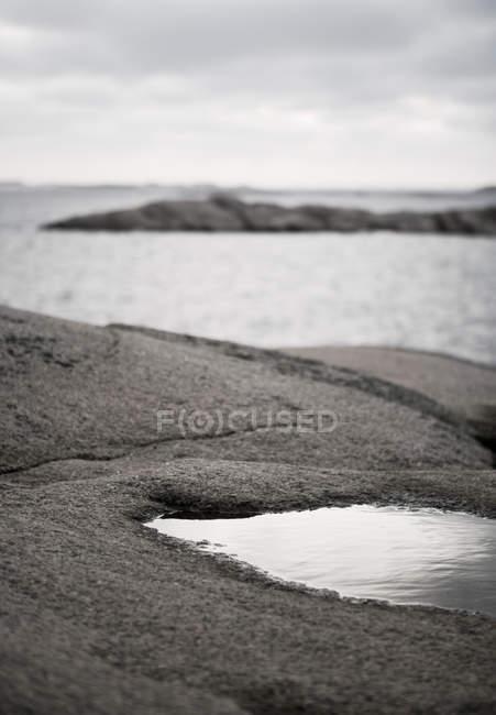 Vista pintoresca de mar tranquilo y playas rocosas - foto de stock