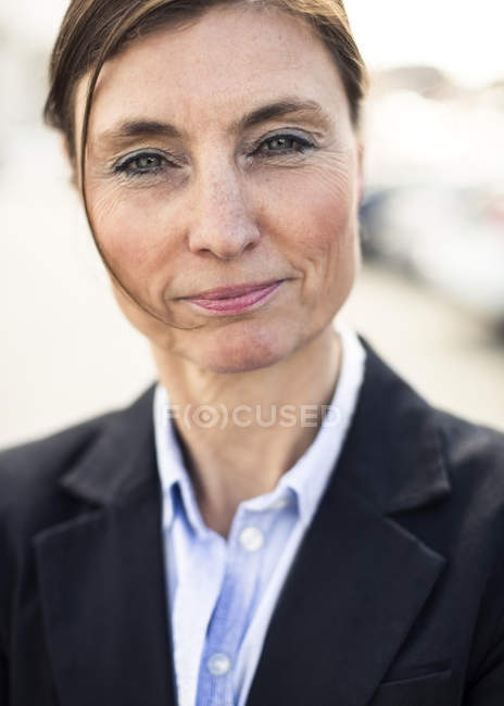 Retrato de cerca de una empresaria confiada sonriendo - foto de stock