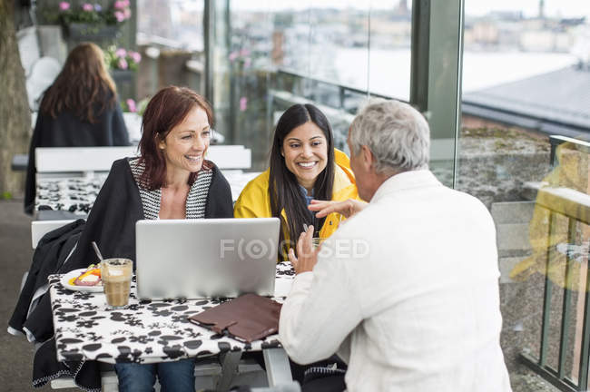 Business people communicating at cafe — Stock Photo