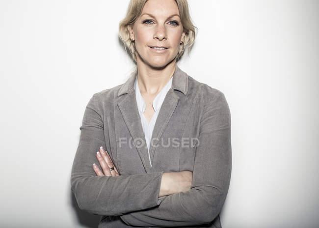Retrato de braços eretos da mulher de negócios adulta meados de — Fotografia de Stock