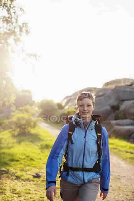 Портрет жіноче backpacker Піші прогулянки на свіжому повітрі — стокове фото